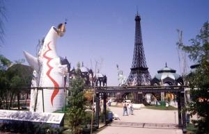 Réplica de Dios del Sol y torre Eiffel de París en Sevilla.