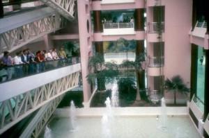 Interior del Pabellón Plaza de América durante la Exposición.