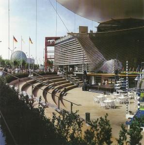 Vistas de la plaza y fachada del Pabellón de Alemania.