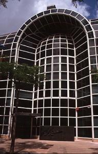 Detalle del color y componentes de la fachada del Pabellón de la Santa Sede.