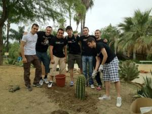 Varios miembros de Legado Expo en la plantación de cactus en el Jardín Americano.