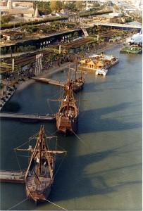 Réplicas de las Carabelas junto al transbordador Discovery en Expo'92.