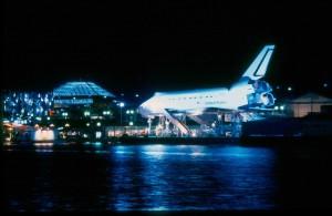 Réplica del Discovery en la noche sevillana.