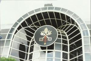 Escudo de la Santa Sede coronaba el Pabellón.