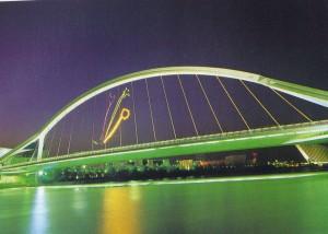 Puente de la Barqueta con los símbolos del Parque de los Descubrimientos.