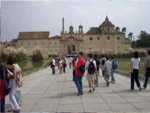 Visitas guiadas por el recinto de la Isla de la Cartuja en 2002.
