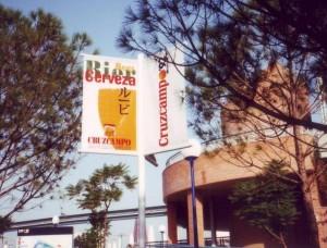 Cartel Cruzcampo por el recinto de Expo'92.