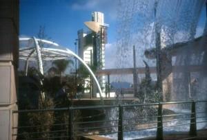 Vistas de la Torre Shindler desde la famosa escultura de José Soto.