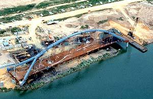 Construcción del Puente de la Barqueta en tierra.