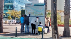 Muchos participantes consultaban los mapas del Parque Científico y Tecnológico para guiarse en su recorrido en busca de las respuestas.