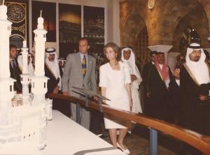 Familia Real visitando todas las culturas de los diferentes paises en la Exposición Universal.