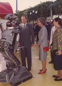 Los Reyes saludan uno de los prototipos de robot famosos gracias al mundo del cine, como es el caso de número 5.