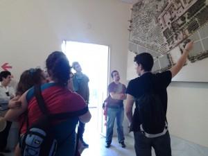 Jaime Sierra contando los detalles del Monasterio desde una de sus maquetas.