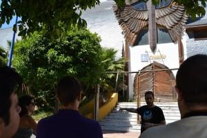 Ángel Aramburu  guía a los visitantes por la historia arquitectónica de este peculiar pabellón.