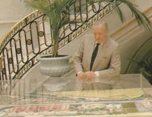 Manuel Olivencia, Comisario de la Expo'92 junto a una gran maqueta de la Muestra.