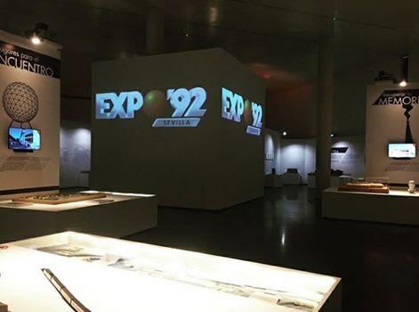 Foto nocturna exposición del XXV aniversario EXPO'92